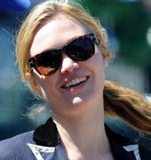http://img109.imagevenue.com/loc167/th_80032_Julia_Stiles_at_First_Pitch_At_The_NY_Mets_Game6_122_167lo.JPG