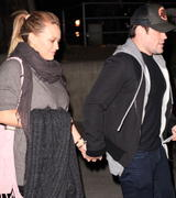 http://img109.imagevenue.com/loc202/th_212717228_Hilary_Duff_at_the_Coldplay_concert_in_Hollywood10_122_202lo.jpg