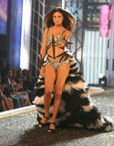 th_07011_fashiongallery_VSShow08_Show-078_122_688lo.jpg