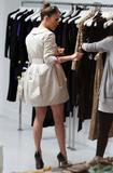 Jennifer Lopez ( Дженнифер Лопес) - Страница 2 Th_65477_Jennifer_Lopez_browses_through_baby_dresses_while_clothes_shopping_on_Robertson_Boulevard0_December_9_2009_-_10_122_97lo